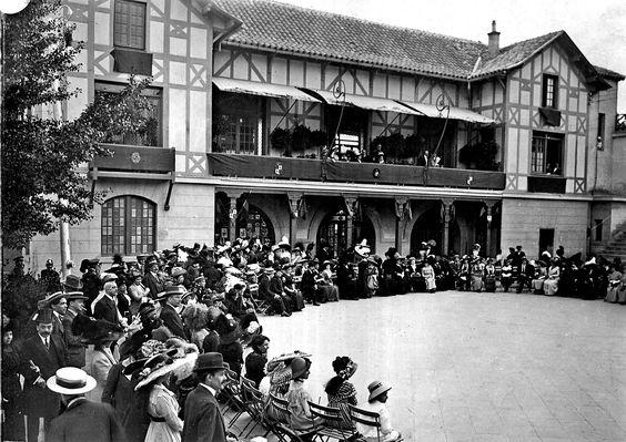 Público de la alta sociedad madrileña en la Pariasiana durante un espectáculo