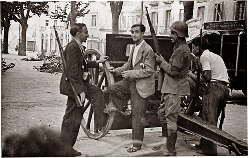 Francisco Ascaso, a la izquierda y fusil al hombro, tras una barricada minutos antes de morir. Fotografía: Agustí Centelles