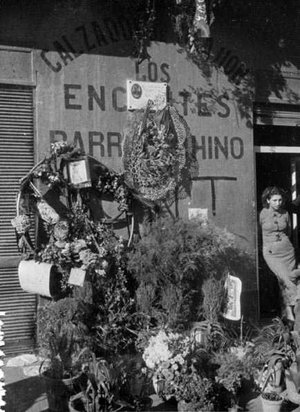 Homenaje con flores y placa en el lugar en que murió Ascaso realizado por los anarquistas y vecinos del barrio chino de Barcelona. Fotografía: ANC