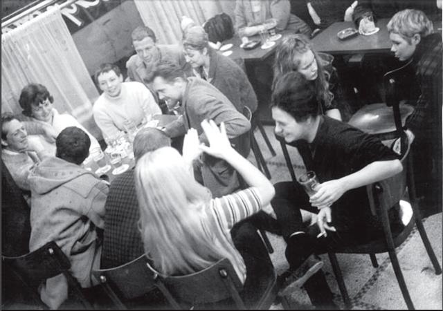 Conferencia de la IS en Antwerp, Bélgica (1962). De izquierda a derecha: Raoul Vaneigem, Therese Vaneigem, Michele Bernstein, Attila Kotanyi y J.V. Martin. Guy Debord está de espaldas, junto a Vaneigem.