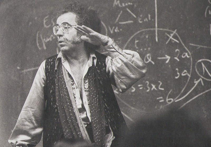 Agustín García Calvo durante una de sus clases a finales de los sesenta. Fotografía: Jesús Uriarte (12 de Mayo de 1980, Zorroaga, San Sebastián