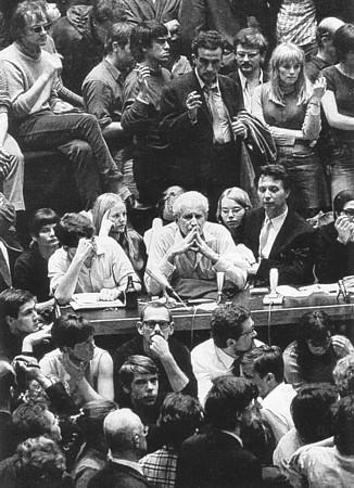 Marcuse, sentado en el centro de la imagen, junto a estudiantes en Berlín (1968)