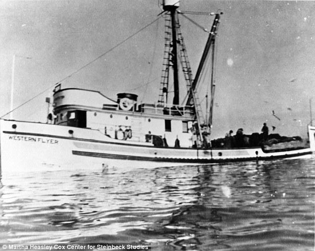 El barco, con la tripulación a bordo, durante una de las incursiones acuáticas