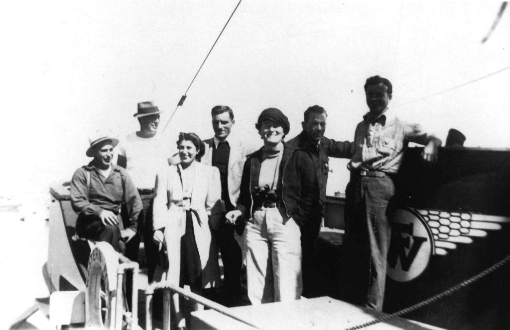 Instantes antes de partir. Steinbeck (segundo por la derecha) junto a su esposa Carol y la tripulación. Ed Ricketts Collection/Courtesy Western Flyer Foundation