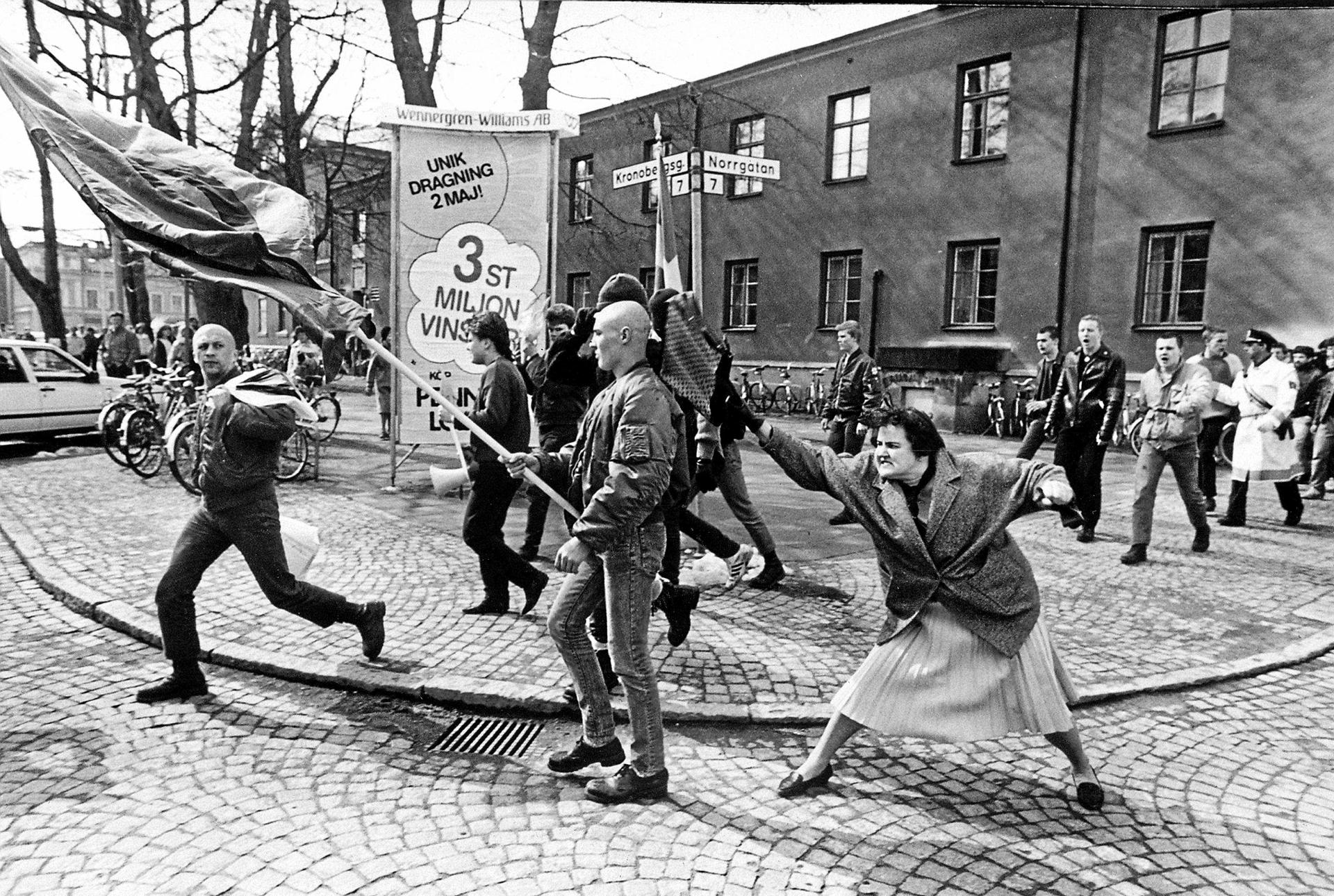 Danuta Danielsson golpea con su bolso a un neonazi en abril de 1985. Fotografía de Hans Runesson
