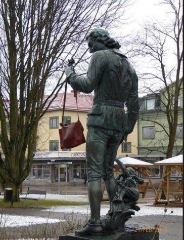 Dos estatutas con el famoso bolso en recuerdo del gesto de Danuta