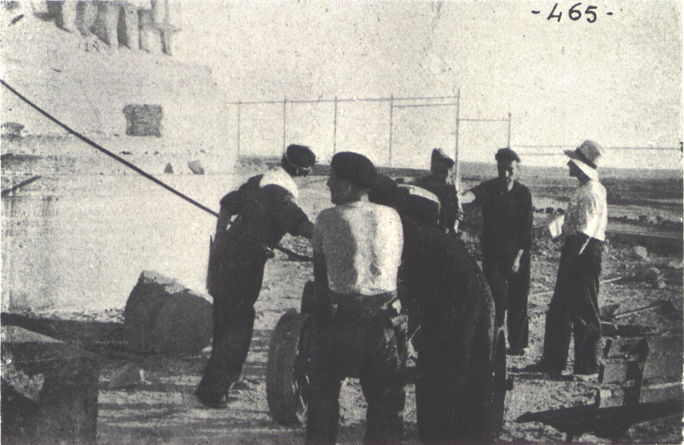 Primer intento. Varios hombres colocan cables atados a un tractor
