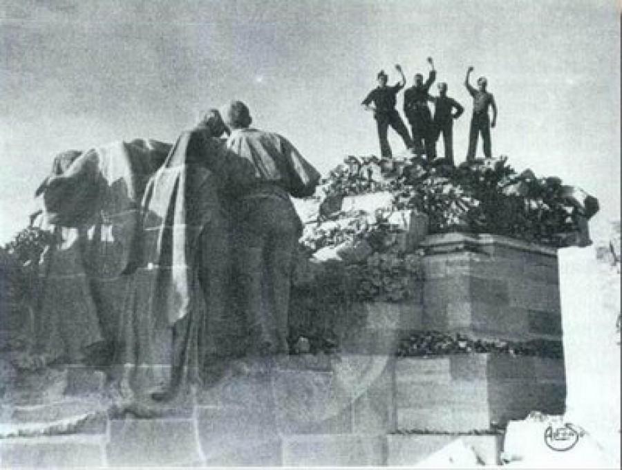Milicianos fotografiados por Alfonso en lo alto del monumento ya destruido