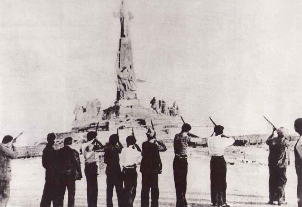 La famosa imagen en su publicación original. Milicianos «disparan» al Sagrado Corazón de Jesús
