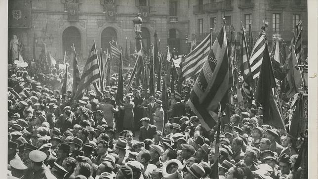 Manifestación en la plaza de la República, hoy la plaza Sant Jaume. Fotografía: Brangulí