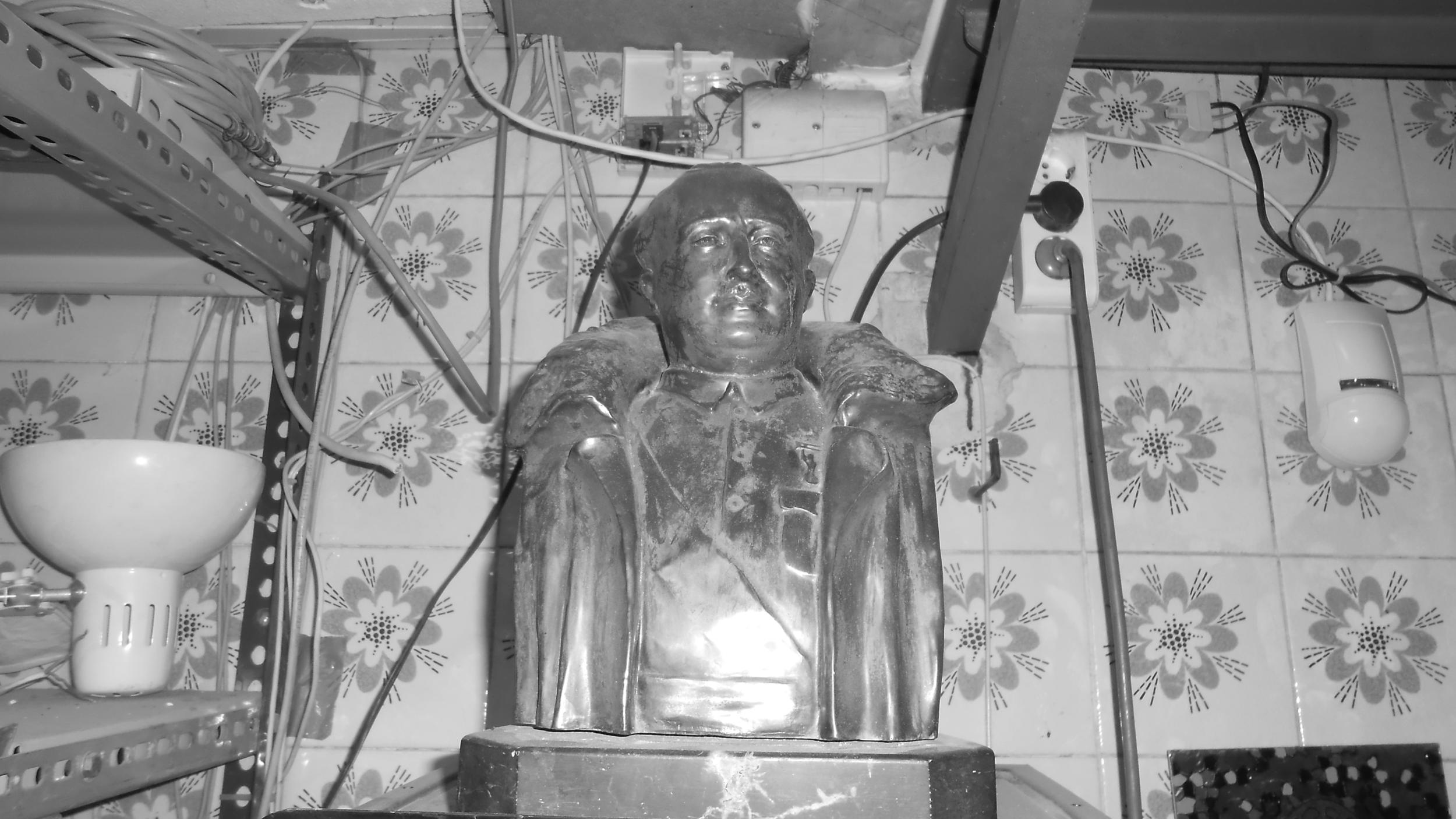 Imaginería y figuras de Franco o Mussolini se reparten por el gigantesco local