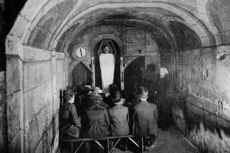 Interior del Cabaret de la Muerte. Espectáculo con cadáveres