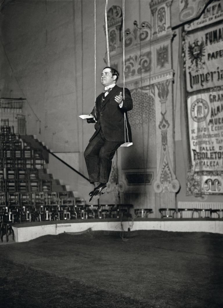Ramón Gómez de la Serna en el Circo Price (1923). Fotografía: Luis R. Marín