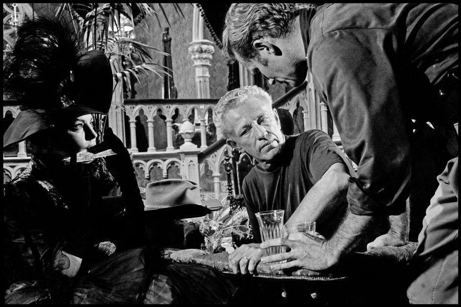 Ava Gardner, Nicholas Ray (en la época en que vivía en Madrid) y Charlton Heston durante el rodaje de  55 días en Pekin . Fotografía de Dennis Stock