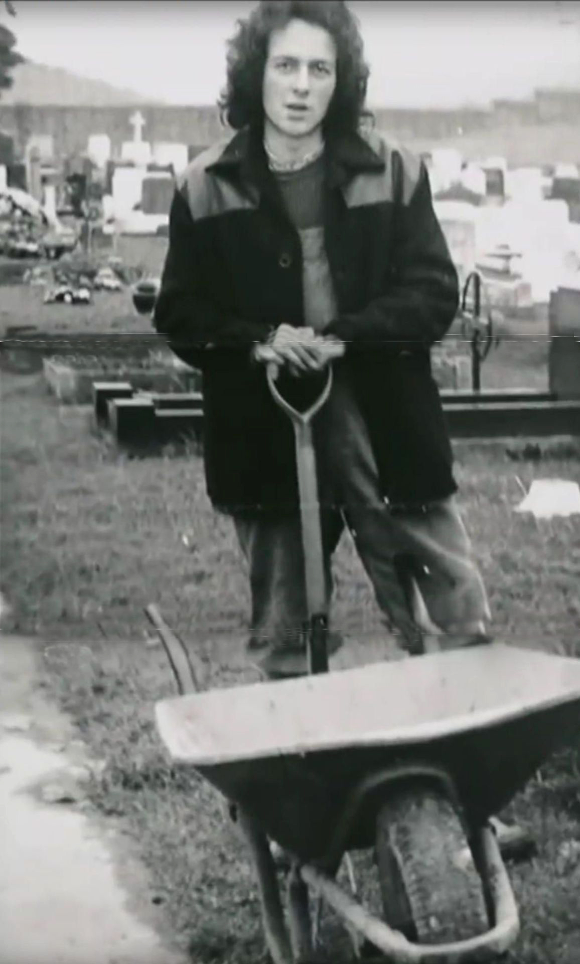 Joe Strummer como sepulturero (1973)
