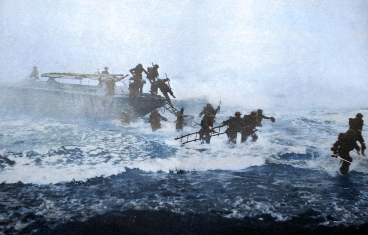 Jack armado con su espada (abajo, en la esquina derecha) en pleno desembarco y en busca de nazis