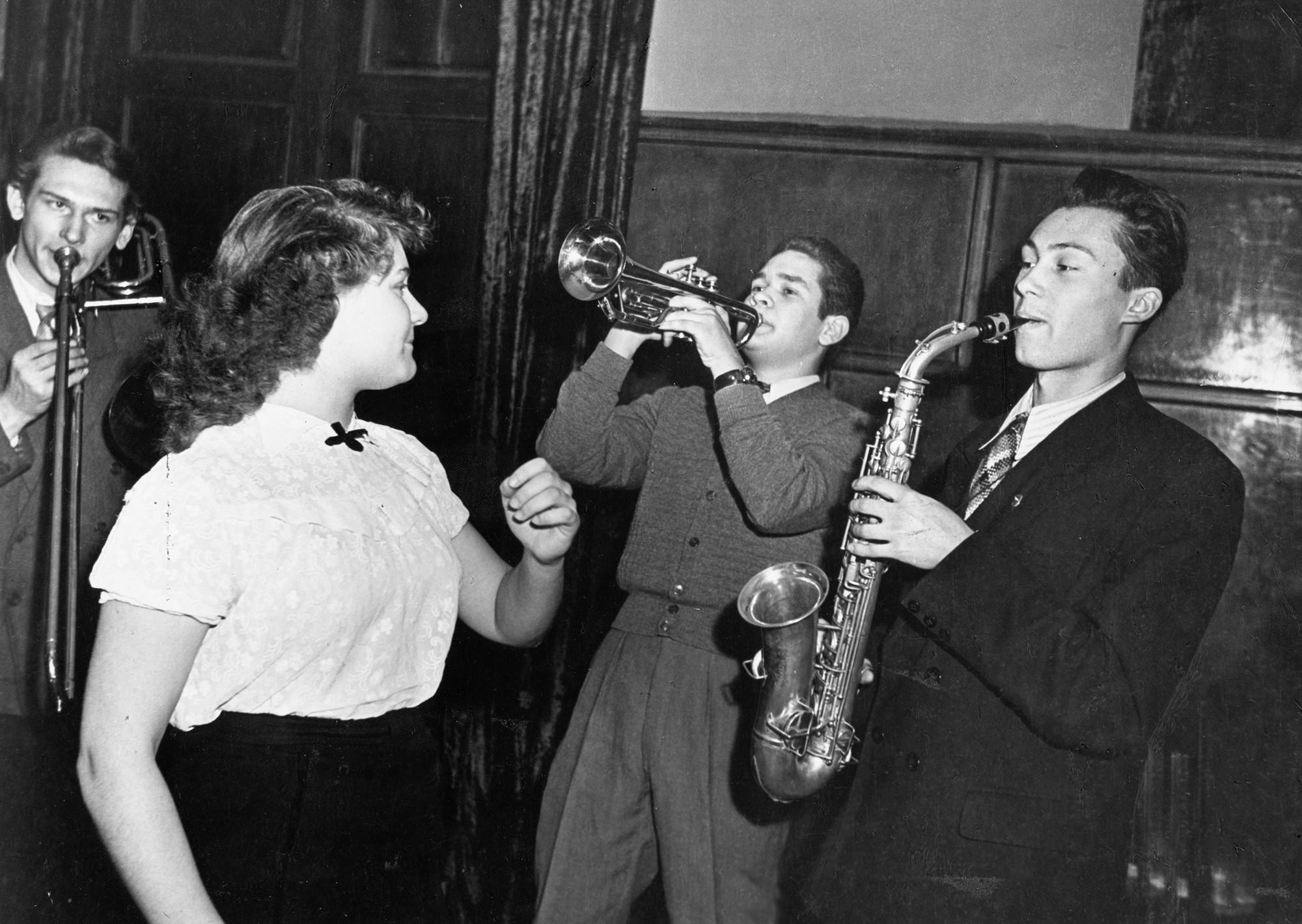 Una banda de jazz actúa en Moscú en 1957. Fotografía:Sovfoto