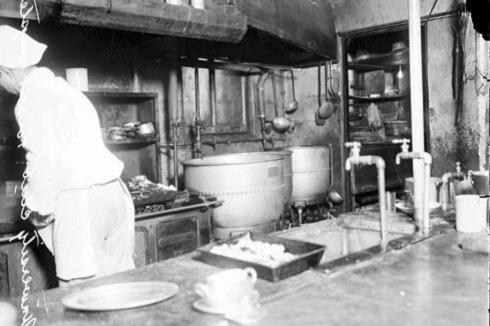 Cocina del club universitario donde ocurrió la ataque de Jean Crones (Foto del Library of Congress /  Chicago Daily News )