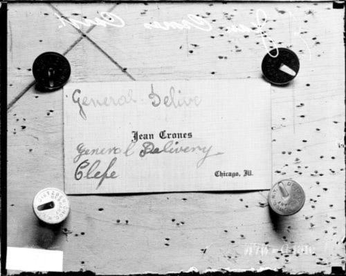 Tarjeta de presentación usada por Nestor Dondoglio para hacerse pasar por Jean Crones. Obsérvese en la imagen y escrito a pulso las palabras «entrega general» y posiblemente «clepe» (que significa llamar o nombrar) o «chef» (mal escrito como «chefe») (Foto del  Chicago Daily News )