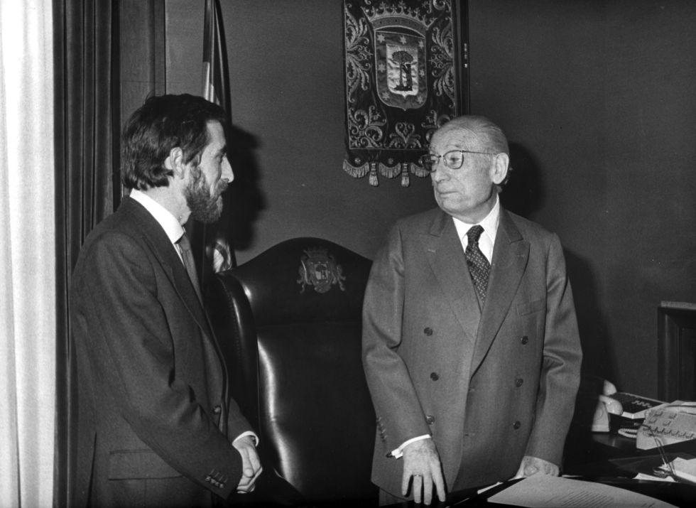 Enrique Tierno Galván (derecha) conversa con Juan Barranco, su primer teniente y futuro sucesor. Fotografía:  El País