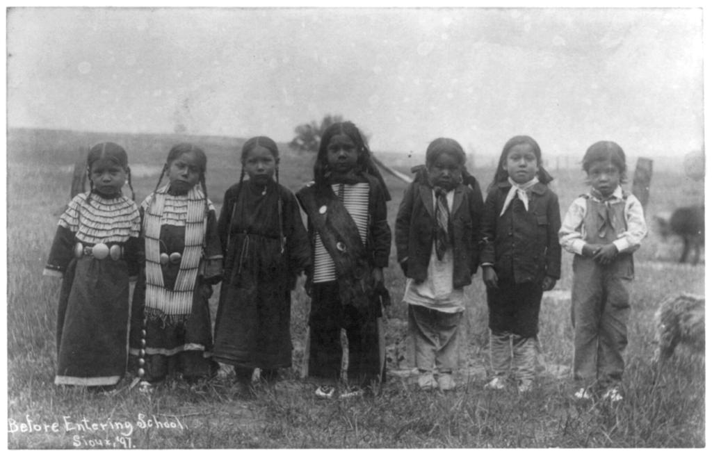Niños sioux a inicios del siglo XX, fotografiados antes de ir a la escuela