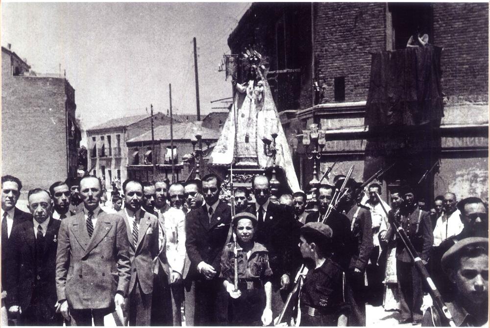 Procesión de la Virgen de las Victorias, en el barrio de Tetuán. Años cuarenta