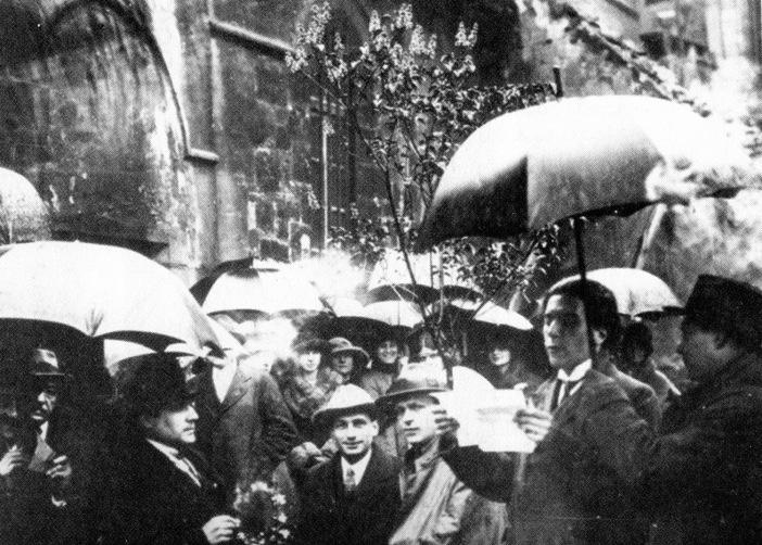 Tzara, tras su aclamada llegada al París presurrealista, leyendo un manifiesto en las puertas de la iglesia de St. Julien le Pauvre (1921). Fotografía: Bibliothèque Littéraire Jacques Doucet