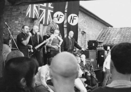 Nicky, a la derecha del escenario, como servicio de seguridad en un concierto de Skrewdriver para el National Front