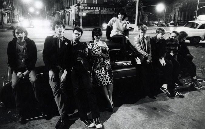 Público fuera del CBGB, entre ellos Jello Biafra apoyado en el coche