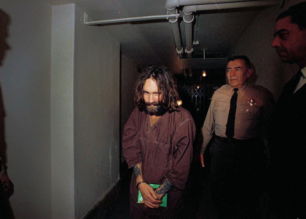 Charles Manson mientras era trasladado al tribunal, en 1969. Fotografía: AP