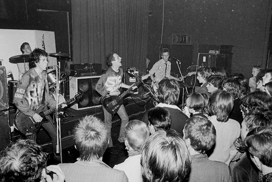 The Clash durante su show en el ICA. Fotografía: Bob Gruen
