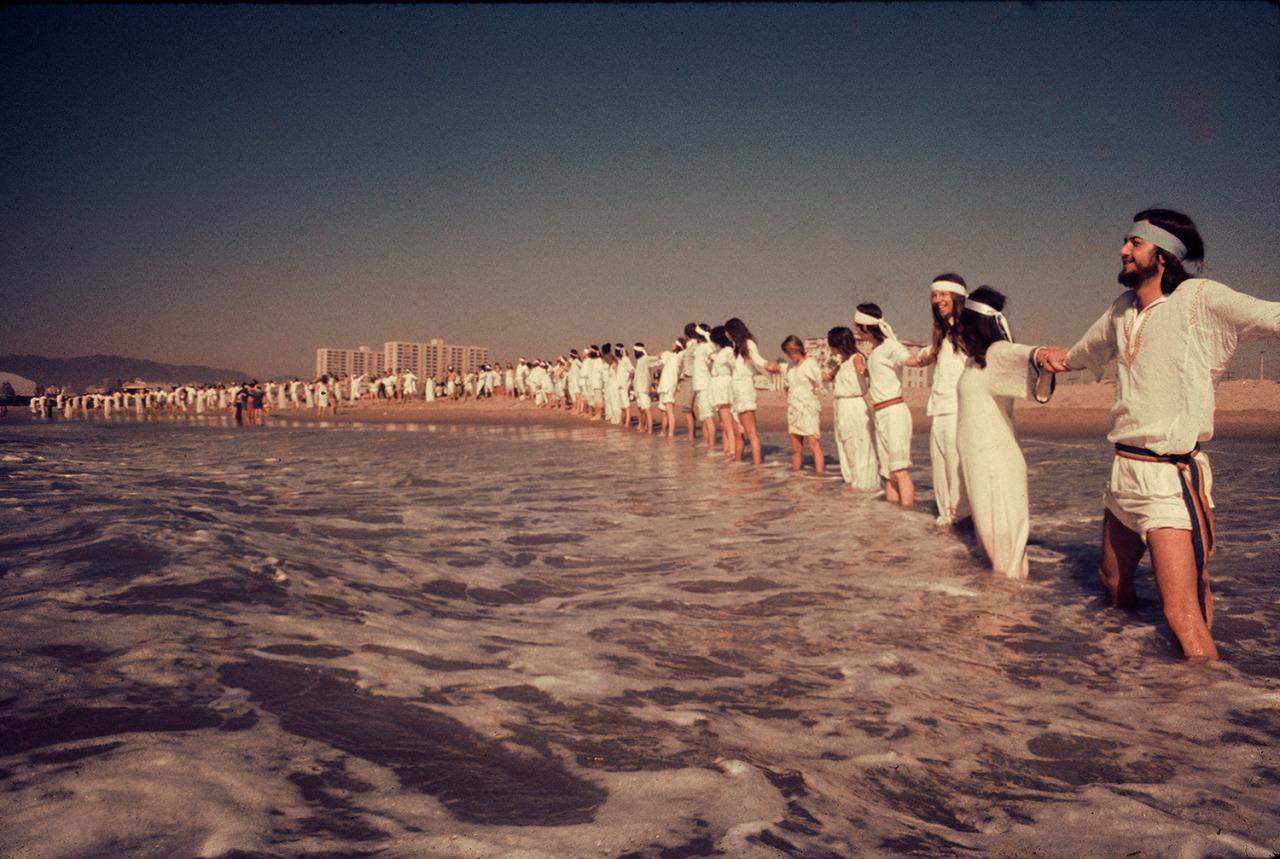 La Source Family formando una «cadena humana de amor» en la playa de Santa Mónica en 1973