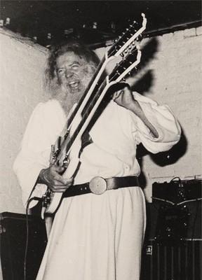 Un momento de éxtasis musical. El padre Yod con sus dos guitarras