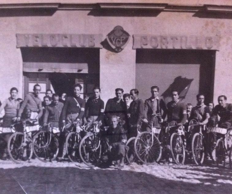 Miembros del Velo Club Portillo frente a su sede en la calle Alonso del Barco. Años 50