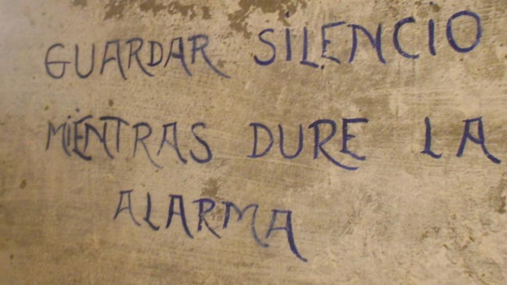 Aviso pintado en la pared en el refugio antiaéreo de Alicante (Fotografía: La Vanguardia)