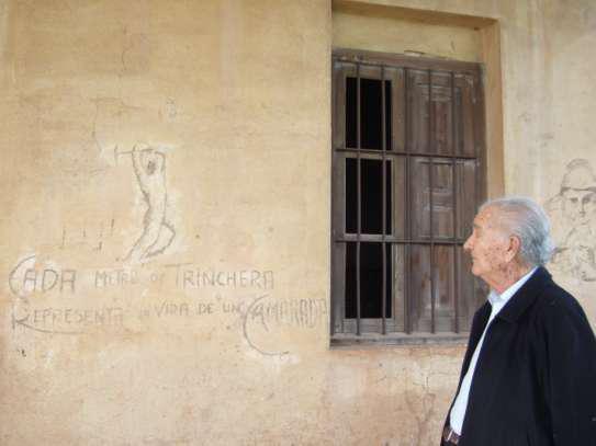 «Cada metro de trinchera corresponde la vida de un camarada» (Fotografía: http://pintaparedes1.blogspot.com/p/el-mural-y-grafiti-politico.html)