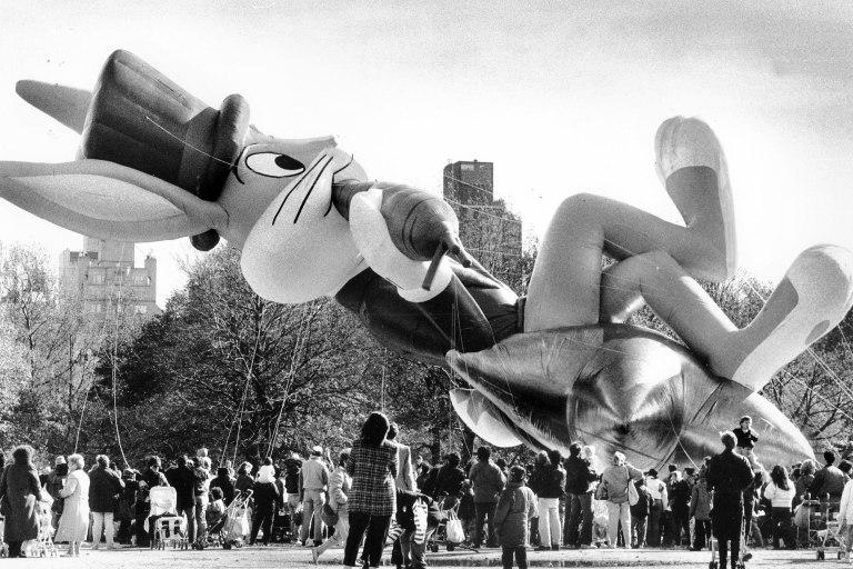 Momento en que Bugs Bunny aplasta a numerosos espectadores en el desfile de 1989