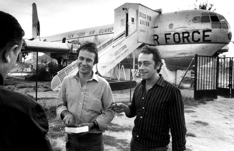 José Luis Manzano y José García junto a su avión-discoteca de Ávila