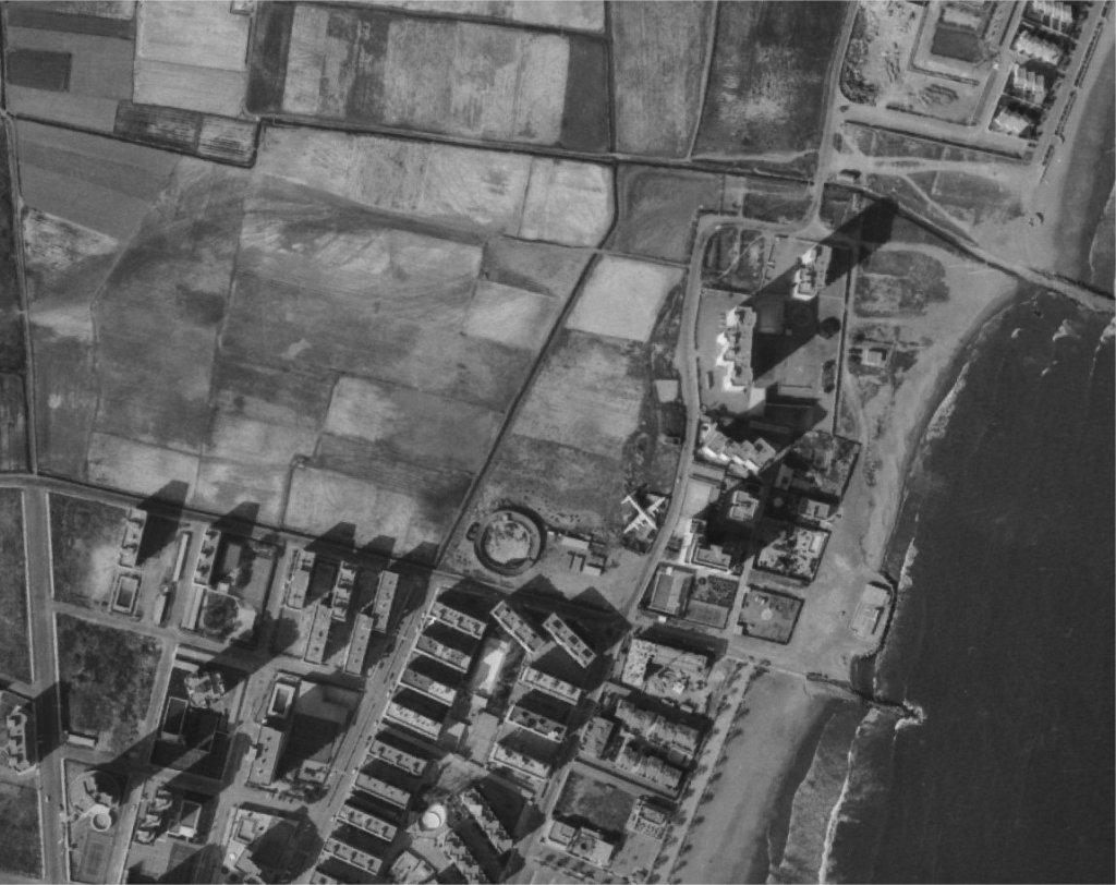 Arriba: imagen exterior de Boite DC-7. Abajo, imagen aérea de la playa en la que puede verse el emplazamiento