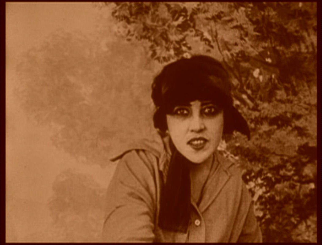 Dos fotogramas de  Les Vampires