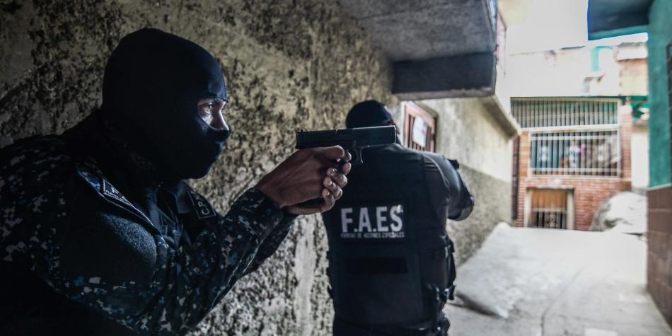 Dos miembros de las temidas FAES. Fotografía: AFP