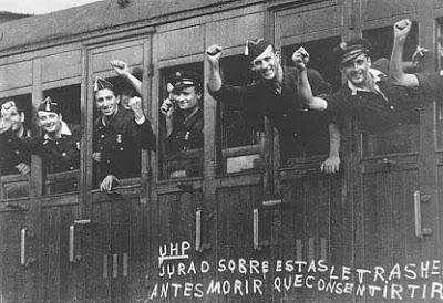 Miembros de UHP con vagón con pintadas