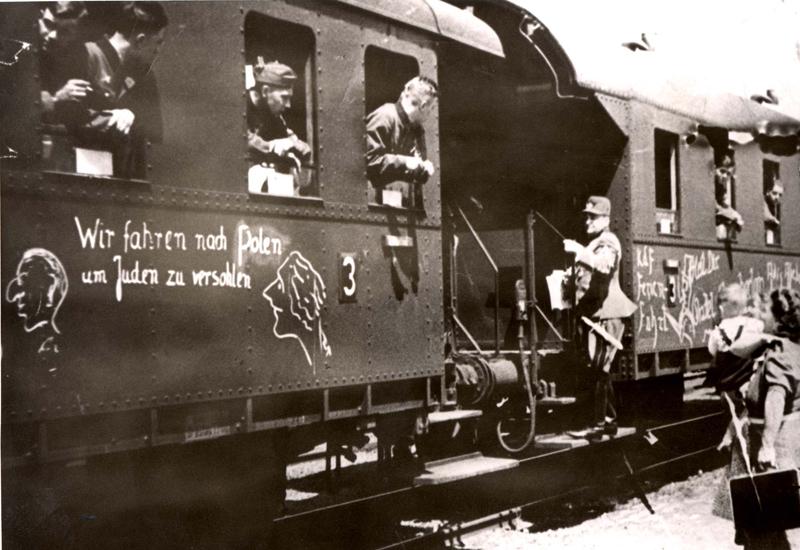 Tren del ejército alemán. En el vagón dice: «Viajamos a Polonia para golpear a los judíos» (septiembre de 1939). Archivo fotográfico de Yad Vashem.