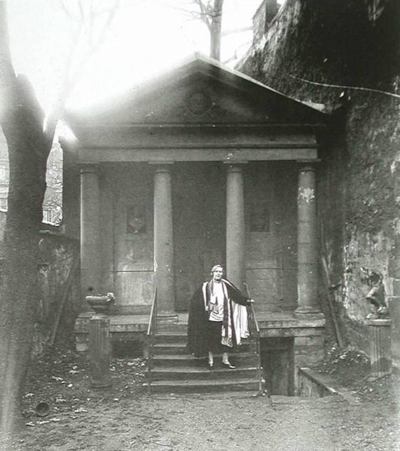 Barney posa frente a la entrada del Templo