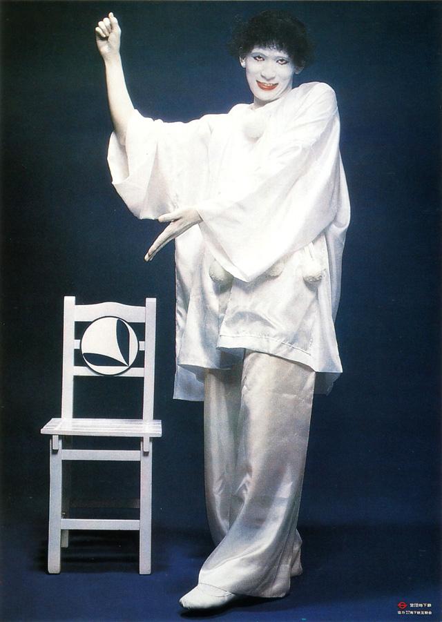 Marcel Marceau  (octubre de 1978). Marceau nos enseña, con mimo, que debemos ceder nuestro asiento a embarazadas y a pasajeros junto a sus niños pequeños.