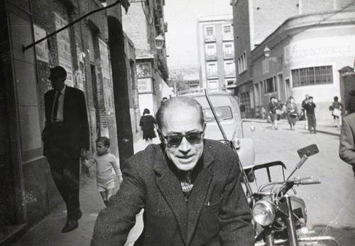 La calle Laín Calvo a finales de los años cincuenta. Al fondo puede distinguirse la tahona La Providencia y, junto a esta, el edificio del Astoria, entonces un cine. Fotografía: Archivo Regional de la Comunidad de Madrid
