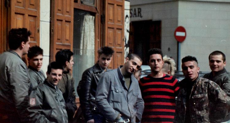 Skins y punks en 1983 en Tirso de Molina, Madrid. Archivo Regional de la Comunidad de Madrid