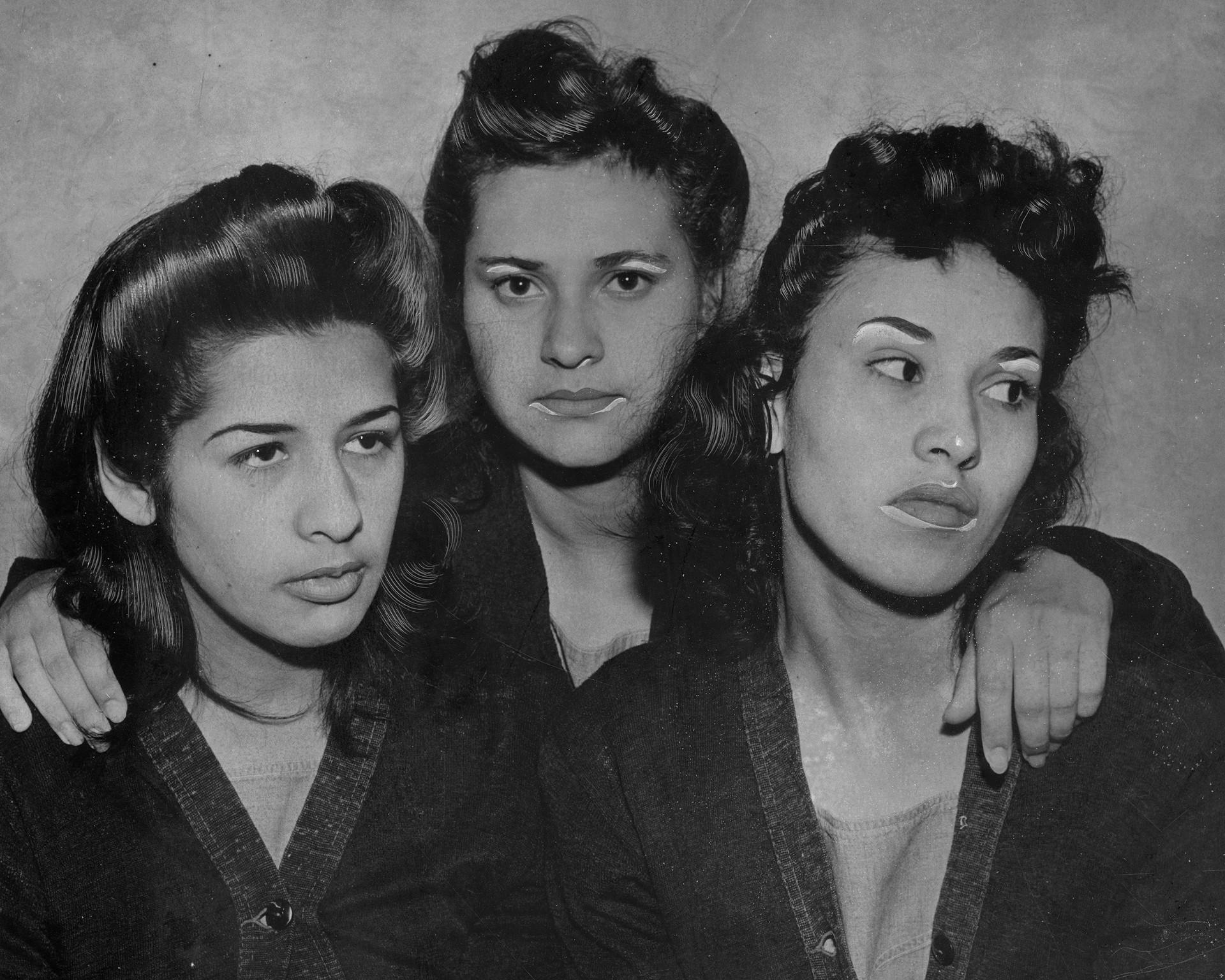 De izquierda a derecha: Alba Barrios, Francis Silva y Lorena Encinas en prisión acusadas de participar en la revuelta zoot suit de 1943. Fotografía: Herald-Examiner Collection/Los Angeles Public Library