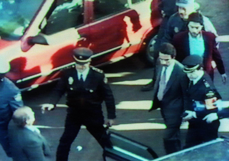 Aznar sale por su propio pie tras el atentado. Fotografía: Prensa Ibérica