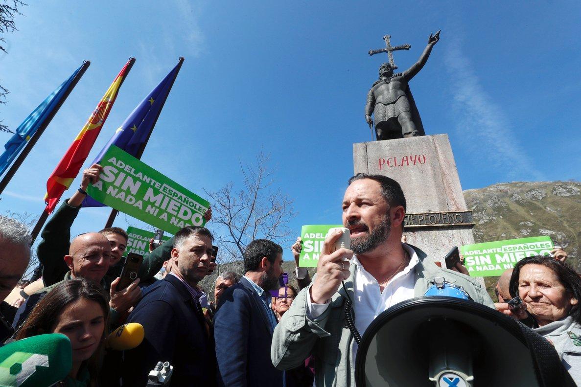 Santiago Abascal, a los pies del monumento a Pelayo, se dirige a sus seguidores. Fotografía. EFE